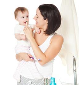 moeder poetst tanden baby